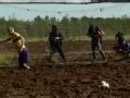 """俄罗斯村庄举行沼泽足球赛 体验""""脏脏""""的乐趣"""