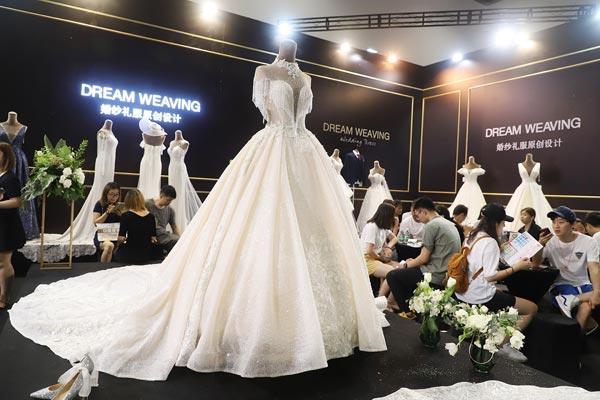 众多高定品牌礼服展出,时尚与浪漫并存