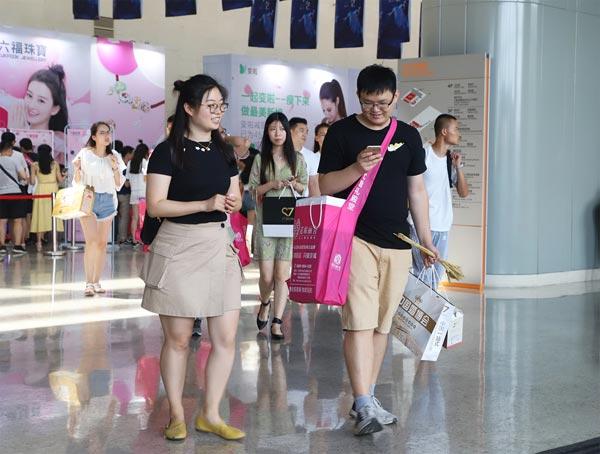 在中国婚博会满载而归的新人们