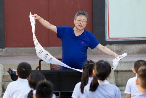 张大春与学生孔庙作诗 邹市明鼓励孩子喊出梦想
