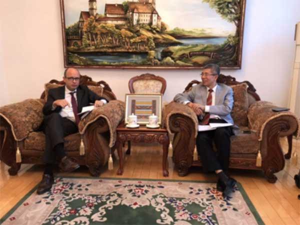 金吉列留学董事长朱燕民(右)与白罗斯大使鲁德•基里尔•瓦连其诺维奇(左)深度交流