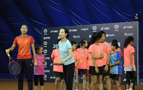 王仪涵、郑洁与小选手一起做游戏