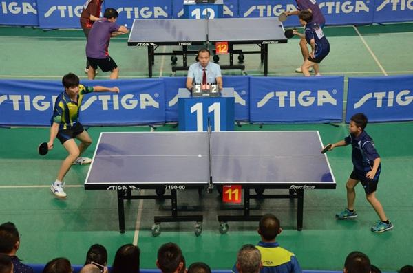 低龄球员与大龄球员同场竞技