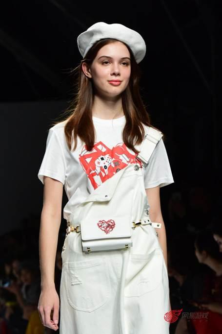 时尚女性网|【转载】去时装周走秀还推出限量腰包?网易游戏的跨界骚操作有点多