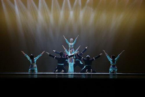 越南胡志明市舞蹈学校《庆新房》