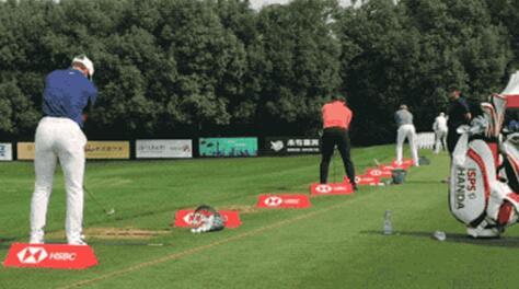 莫里纳利等球星在小鸟体育广告板前练球
