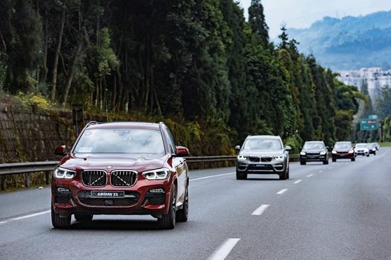 全新BMW X3车队高速行进
