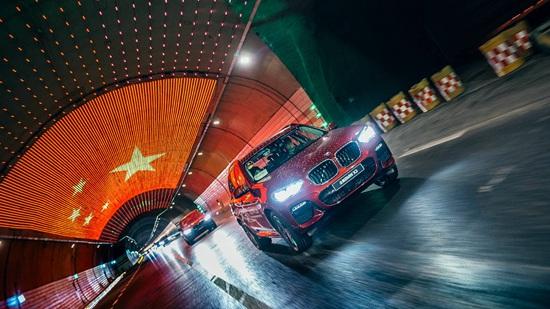 全新BMW X3车队穿行隧道