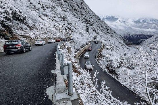 全新BMW X3车队征服高原山路