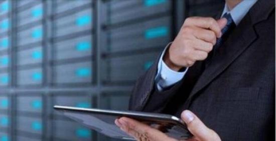 图示为借助电子设备巡检数据中心