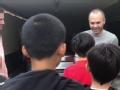 偶像前展示颠球!中国足球小将拜访伊涅斯塔