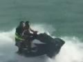 """扎哈维秀摩托艇驾驶技术 不料""""翻车""""掉入海里"""