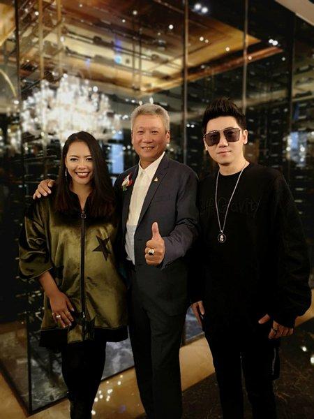 一张王牌(张惠春、王绎龙)与《居之友》集团总裁向孝维合影