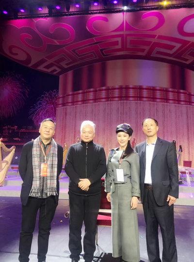 左一本场晚会总顾问王荣起先生、左二国乐演奏家方锦龙先生、左三本场音乐会总导演黄子琦女士