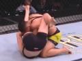安德拉德抱摔罗斯 赢得女子草量级冠军