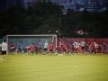 上海上港备战联赛与亚冠并重 训练严肃场边温馨