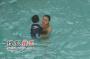 组图:安吉丽娜·朱莉与养子水池嬉戏 母爱洋溢