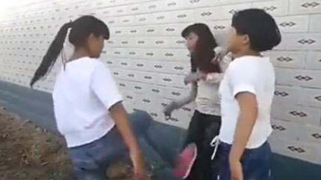 湖南一女生被同学扒衣扇脸围殴 打人者:手都打肿了