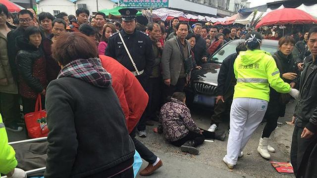江苏一女司机疑操作不当 连续撞倒7名行人