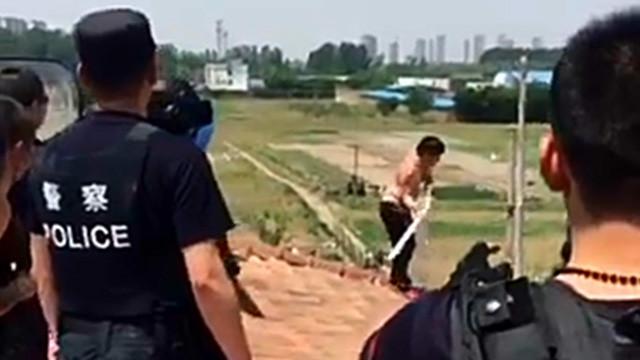 长治一男子吸完毒后杀害同伙并抛尸 民警用电击枪将他制服