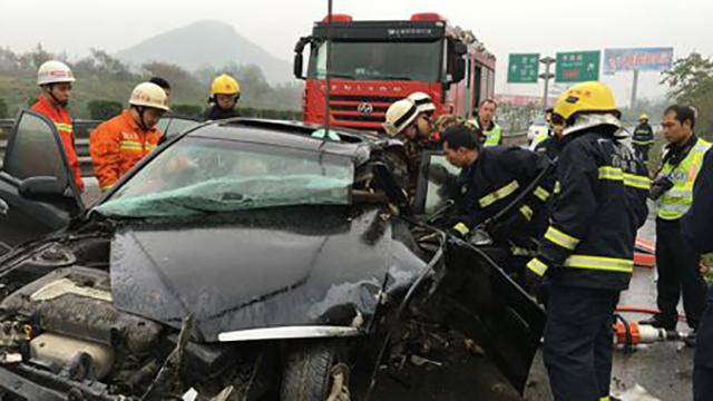 老司机高速路犯困撞护栏 行车记录仪记录惊魂一刻
