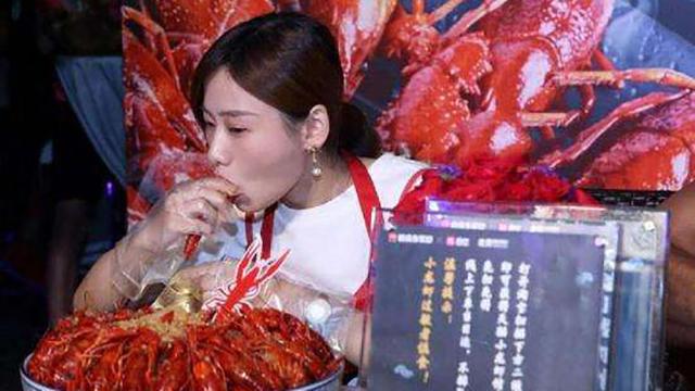 重庆美女狂吃40斤小龙虾 击败国外猛汉