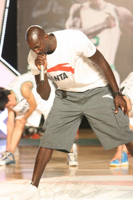 加内特篮球训练营开幕 亲自上阵传授球技