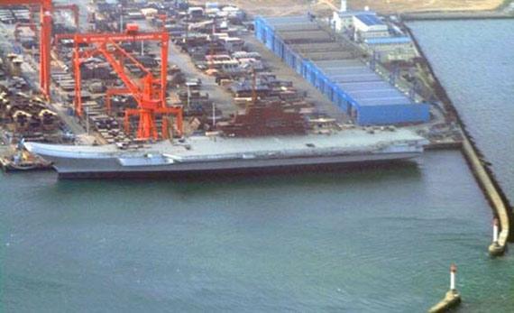 资料图:在中国大连港进行整修的瓦良格号航母。