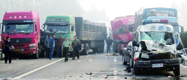 10月7日,连霍高速安徽萧县段,一名驾驶员被困车内,消防官兵在事故现场救援。
