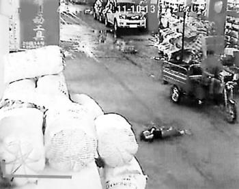 视频中骑三轮车的第四个路人就是赵某。
