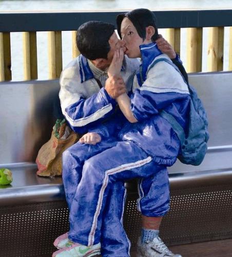 """车站的休息长廊里,一对穿着校服的男女中学生当着众多候车人的面,玩起了""""舌吻"""""""