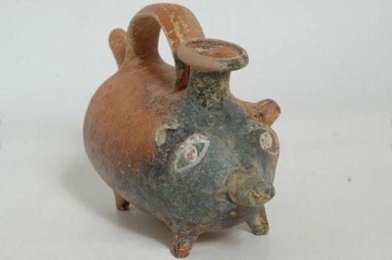 意大利考古学家普利亚区的一座古墓内发现的赤土陶奶瓶,采用可爱的小猪造型,距今2400年。考古学家认为这个奶瓶的主人可能是梅萨比部落的一名刚出生的女婴或者一名孕妇。当时,这个原始部落生活在意大利南部地区。