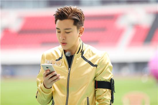 贾乃亮看手机读任务