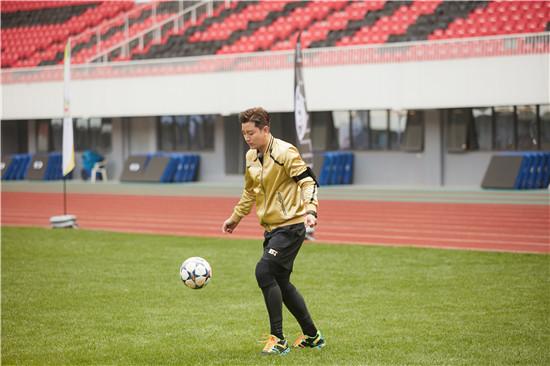 贾乃亮踢足球