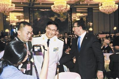 中央军委联合参谋部副参谋长孙建国在会场与美国防长寒暄 摄影/本报记者 岳菲菲