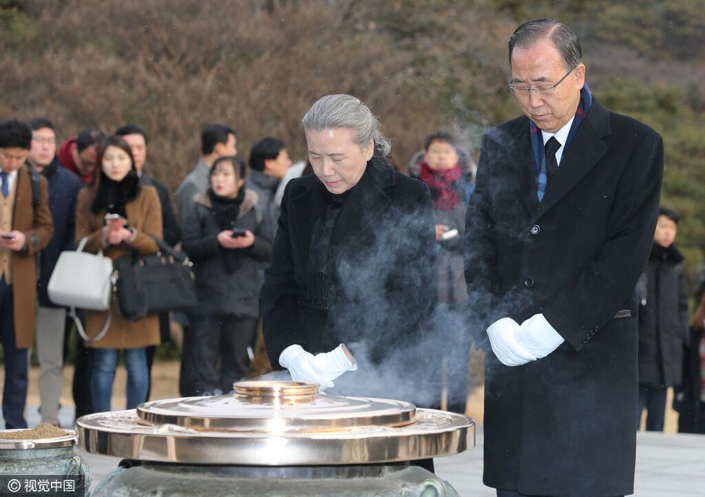 当地时间2017年1月13日,韩国首尔,前联合国秘书长潘基文卸任回国后,携妻子参拜国立首尔显忠院。