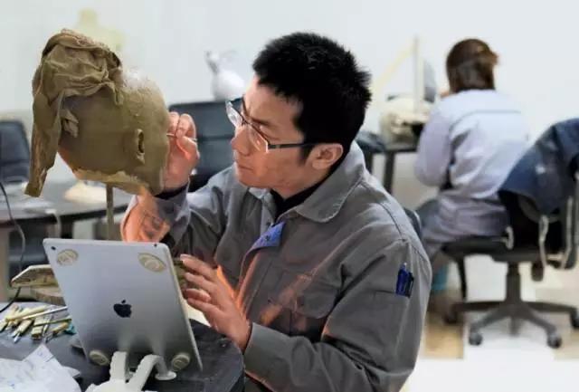 2月20日,雕刻师正在制作头部的原型