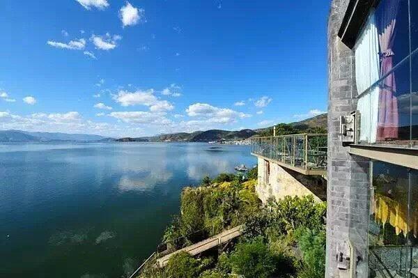 """4年前,""""千里走单骑·杨丽萍艺术酒店""""便被游客曝光将酒店污水直排进洱海,并一度在网上被广泛讨论。"""