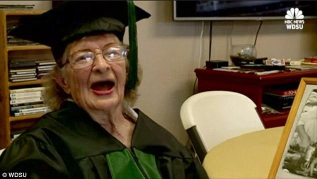 环球网综合报道据英国《每日邮报》5月4日报道,近日,美国路易斯安那州梅泰里市的97岁老人凯瑟琳・萨默斯・马丁森(Katherine Summers Martinson)终于如愿以偿获得了高中毕业证,为她的教育生涯画上了一个圆满的句号。