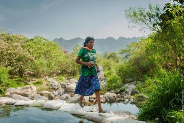墨西哥部落女性穿凉鞋裙子参加马拉松 赢得冠军